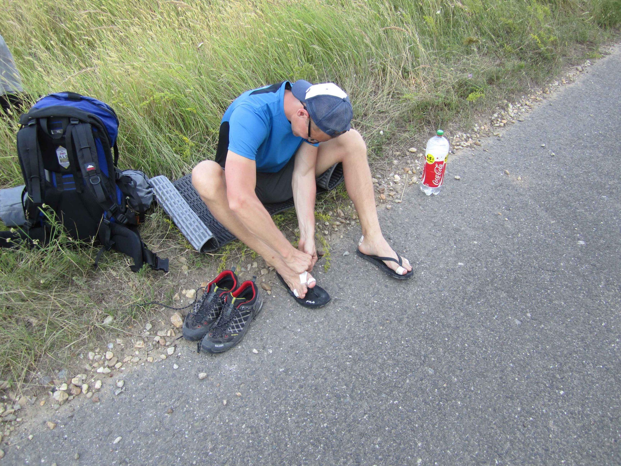 Meine erste Weitwanderung - Die Füße schmerzen. Blasen überall. Tape und Umstieg auf Flip Flops sollen helfen. Ob das hilft?