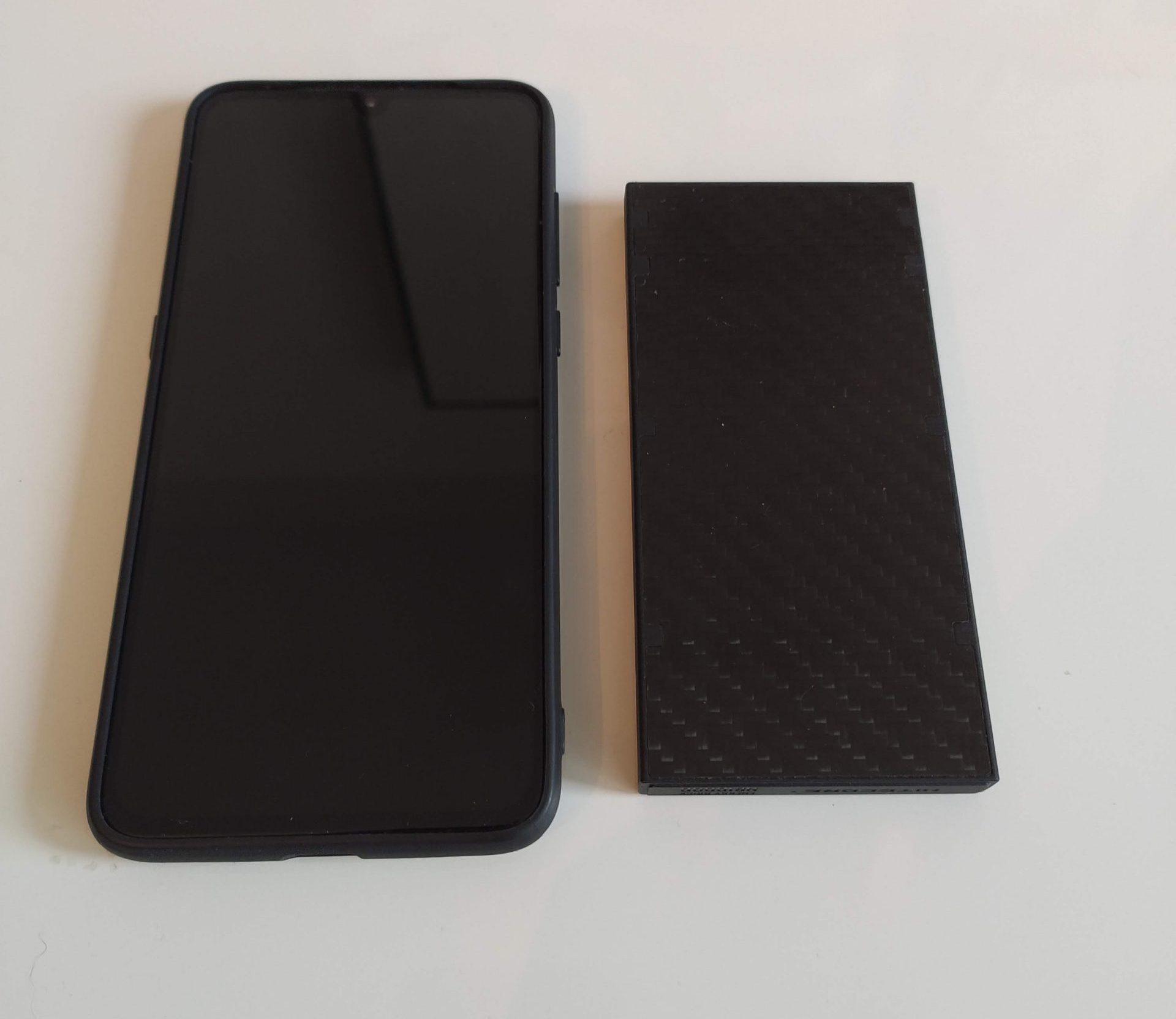 Nitecore NB10000 neben einem Xiaomi Mi 9 Smartphone